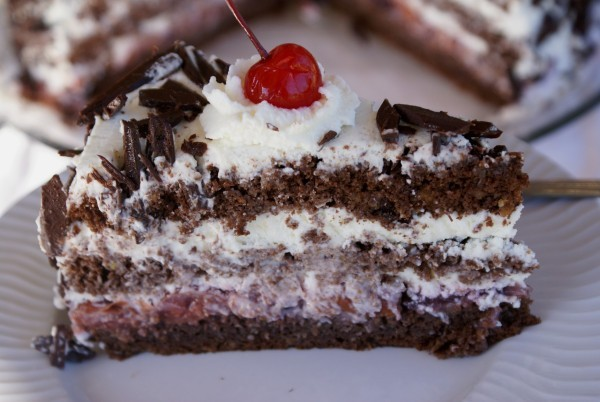 """В торте """"Черный лес"""" можно использовать коктейльную вишню"""
