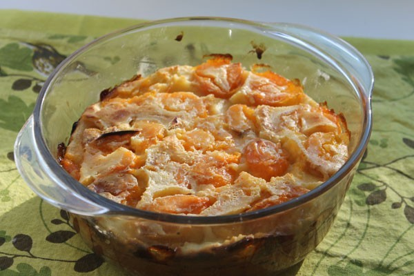 Запеченный клафути с абрикосами в форме