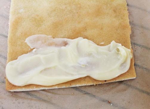 Смазываем бисквит кремом Шарлотт
