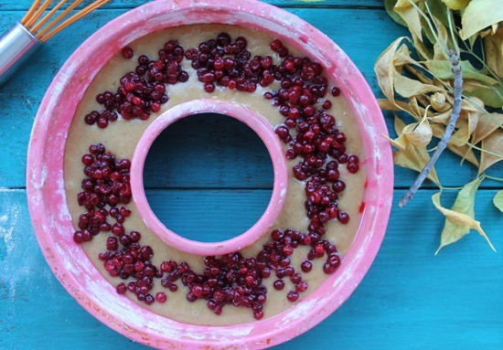 Замороженные ягоды брусники выкладываем на поверхность теста