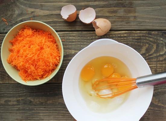 Яйца взбиваем с сахаром в пышную массу