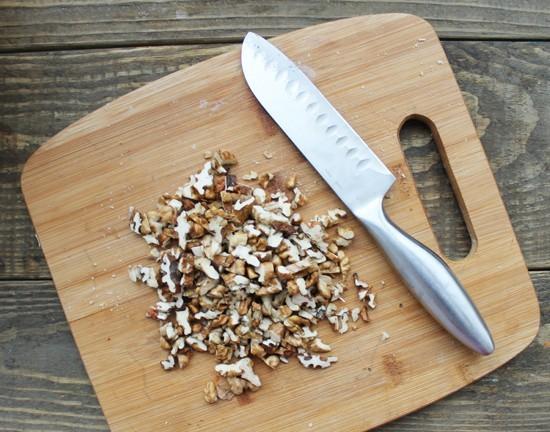Орехи мелко рубим ножом