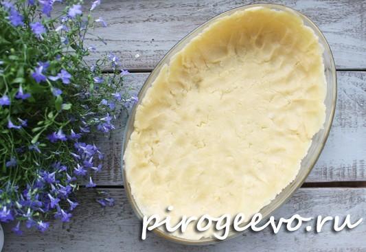 Раскатываем тонким слоем тесто по форме