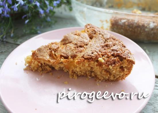 Кусочек пирога с персиками на тарелке
