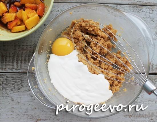 Добавляем одно яйцо, йогурт, ваниль