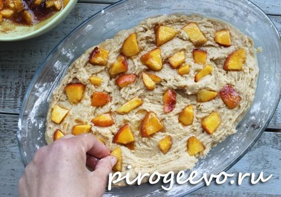 Вдавливайте кусочки персика в пирог