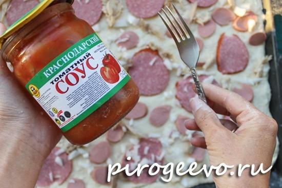 Пицца без помидоров готовится с добавлением томатного соуса