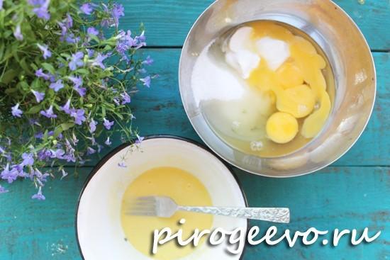 Смешиваем яйца, сахар, сметану