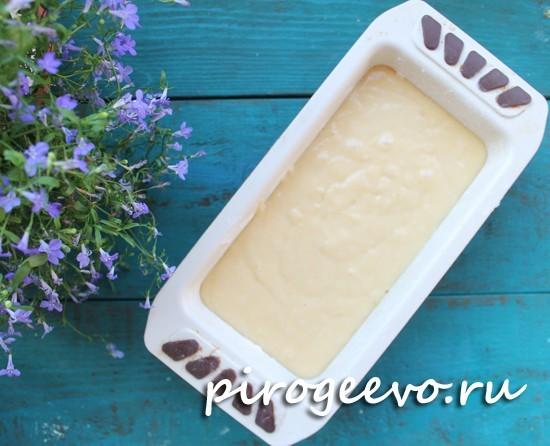 Выливаем тесто для кекса в форму