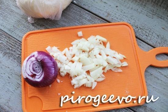 Мелко нарезаем лук для начинки чебуреков