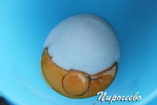 Разбиваем яйцо в миску с сахаром