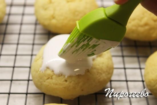 Покрываем печенье на сметане белковой глазурью
