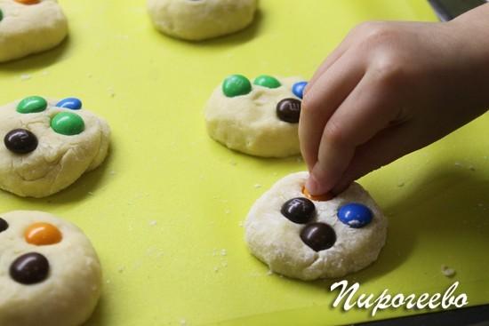 Часть печенья можно украсить с помощью ммдмс
