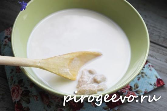 Вливаем молоко в дрожжи