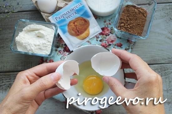 Разбиваем яйцо в кружку