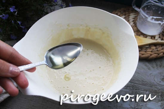 Вливаем растительное масло в тесто для блинчиков