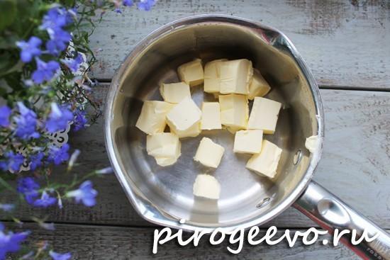 Масло выкладываем в посуду для растапливания