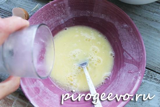 Добавление воды в тесто