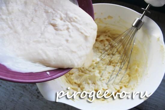 Соединяем масляный и заварной крем для торта