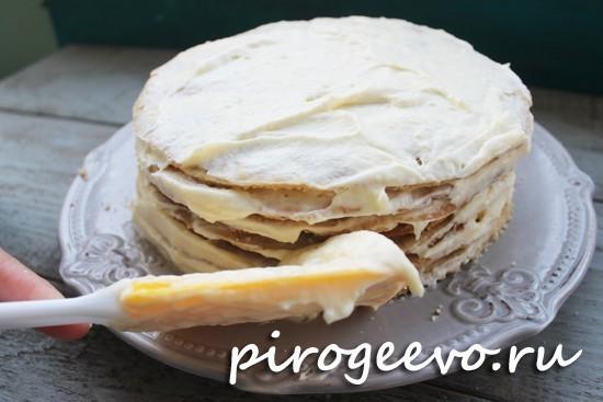 Бока торта обмазываем кремом