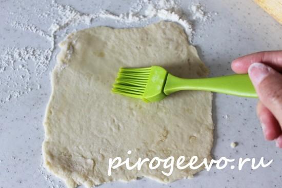 Смазываем тесто растительным маслом с помощью кисти