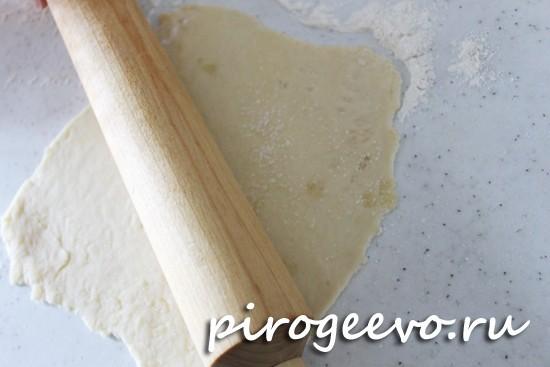 Вдавливаем сахар в тесто с помощью скалки