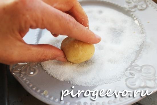Обмакиваем печенье в сахар