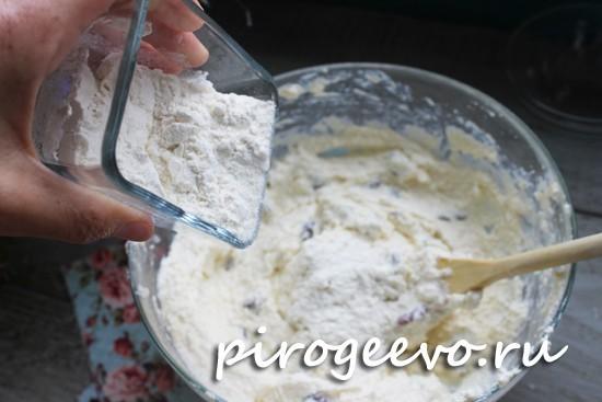 Мука добавляется в тесто для сырников частями