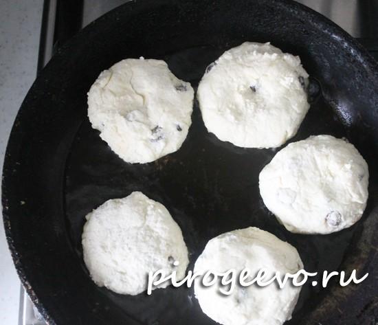 Выкладываем сырники на сковороду и обжариваем