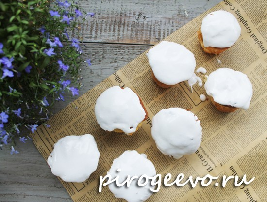 пасхальные кексы с белой глазурью