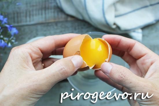 Отделяем белок от желтка