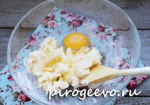 Вбиваем яйцо в тесто