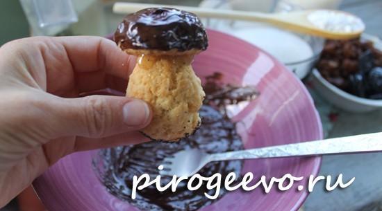 Шапочки грибов опускаем в шоколад