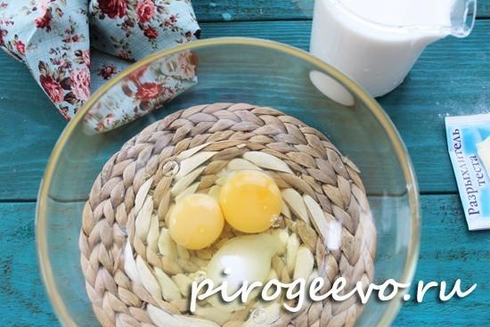 Разбиваем в миску яйца