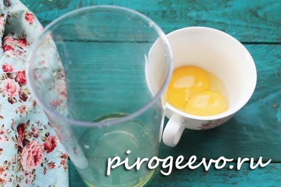 Отделяем белок и желток куриного яйца