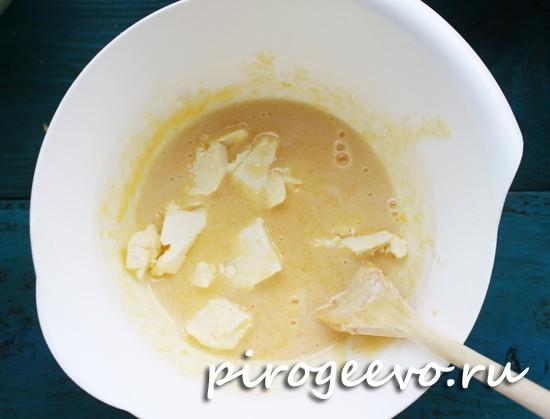 Вводим размягченное масло в тесто