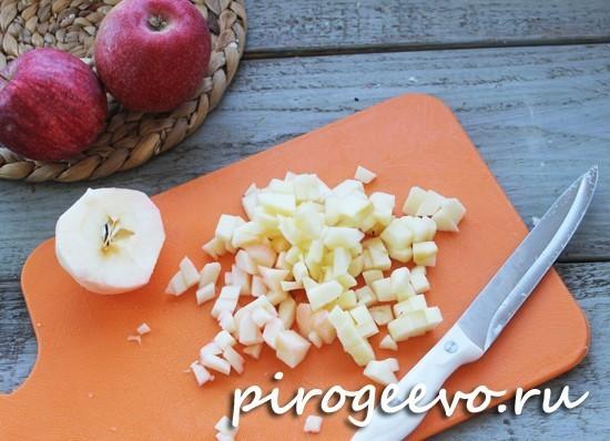 Нарежем яблоки кусочками