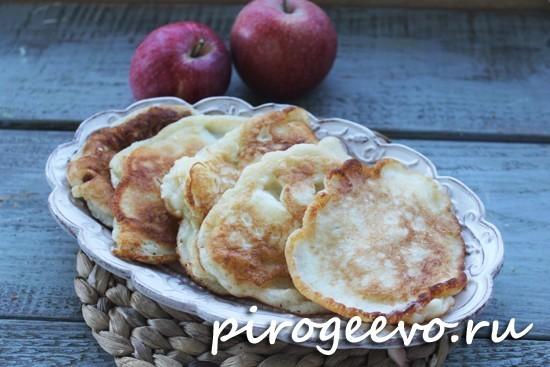 Вкусные оладьи с яблоками на кефире или молоке