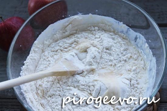 Перемешиваем тесто с помощью лопатки