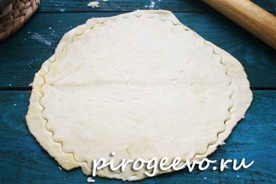 Придавливаем формой корж теста по форме пирога