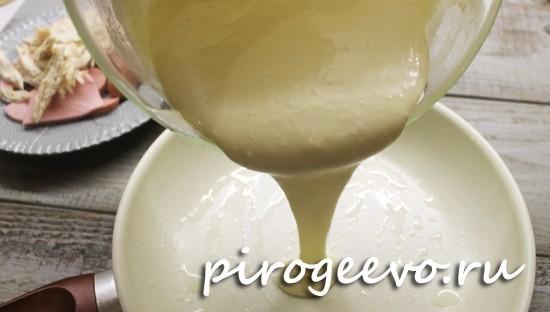Выливаем тесто в сковороду