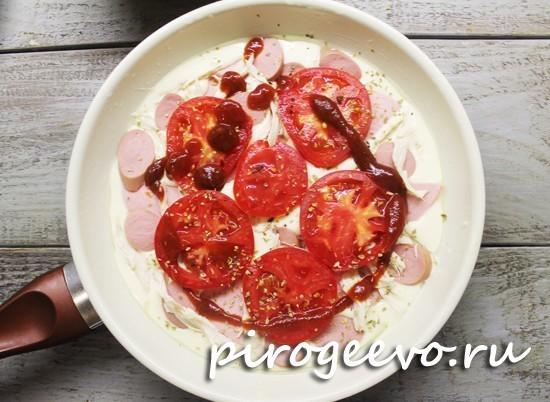 Пицца покрывается помидорами и кетчупом