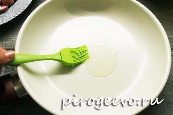Смазываем сковороду растительным маслом