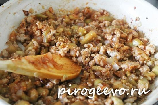 Добавляем томатную пасту в начинку и перемешиваем