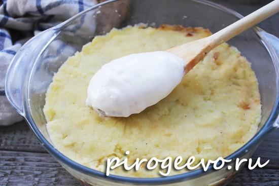 На картофельный кладем несколько ложек сметаны
