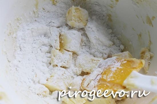 Мягкое масло перетираем с сахаром и мукой