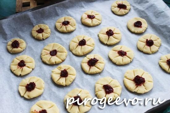 Печенье готово выпекаться