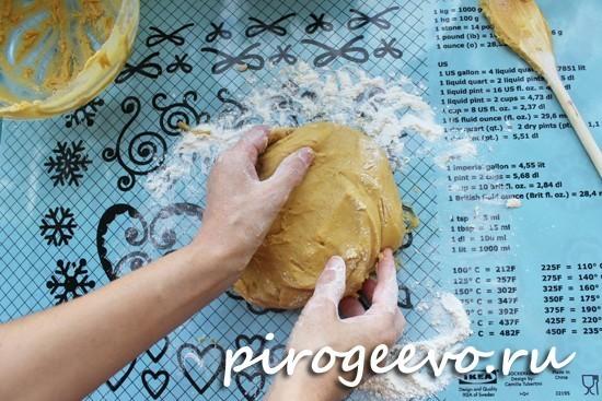 На присыпанную мукой поверхность выкладываем тесто и начинаем месить