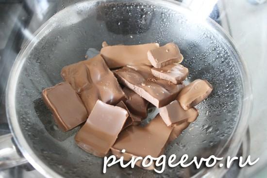 Кусочки шоколада плавятся под воздействием тепла