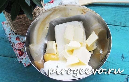 Смешиваем сливочное масло и яйцо